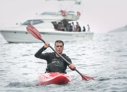 Arthur vai de caiaque até barco onde estão Eliza e Jojô