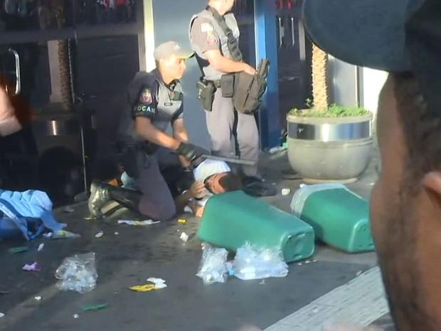 Homem é detido por policial na Avenida Paulista, durante ato do MTST (Foto: Lívia Machado/G1)