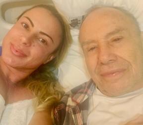 Marilene Saad com Stênio Garcia no hospital, antes da operação (Foto: Reprodução/Instagram)