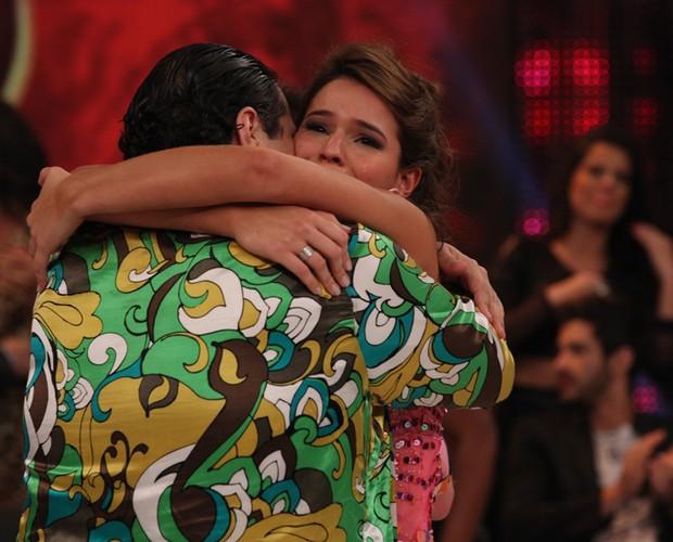 Bruna chora ao abraçar Tiago Abravanel (Foto: Domingão do Faustão / TV Globo)