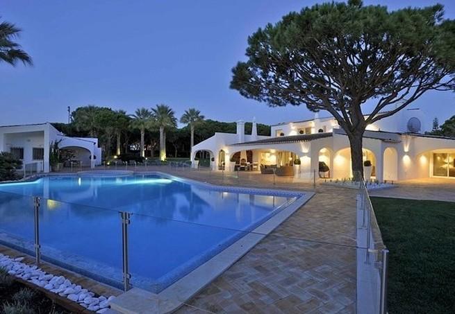 A piscina aquecida (Foto: Reprodução Luxury Estate)