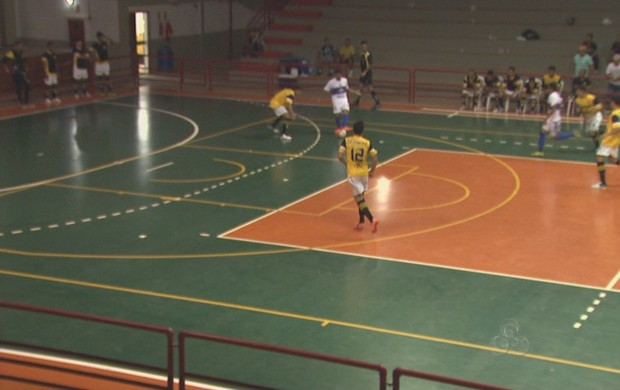 Atlético-AC e Rivera, pelo Campeonato Acreano de Futsal no ginásio do Sesi (Foto: Reprodução/TV Acre)