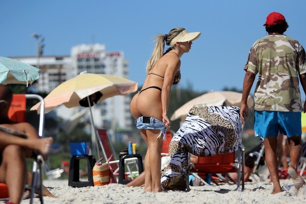 05a6e4536 Andrea de Andrade na praia da Barra (Foto: Marcos Ferreira / Foto Rio News