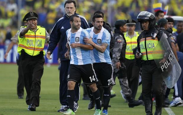 Mascherano expulso contra o Equador - AP (Foto: AP)