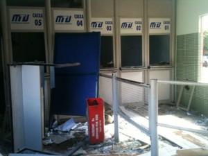 Protesto contra sistema de transporte terminou com vandalismo no terminal. (Foto: Luiz Gonzaga / TVCA)