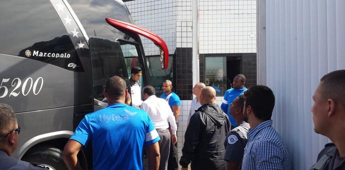 Chegada do Santos ao CT Rei Pelé foi tumultuada (Foto: Bruno Giufrida)