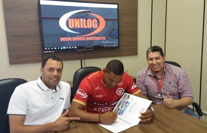 Walter assinou contrato de um ano com o Unilog (Foto: Richard Pinheiro/GloboEsporte.com)