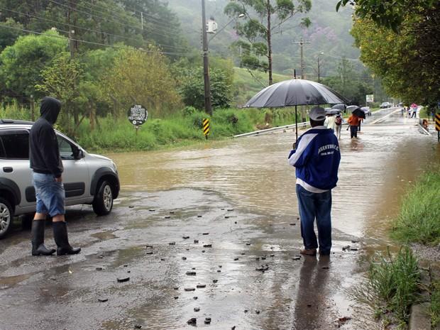 Estrada fica tomada pela água em Apiaí (Foto: Michela Barra/Arquivo Pessoal)