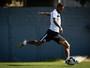 Paulinho completa um mês de Santos sem empolgar, mas Dorival dá apoio