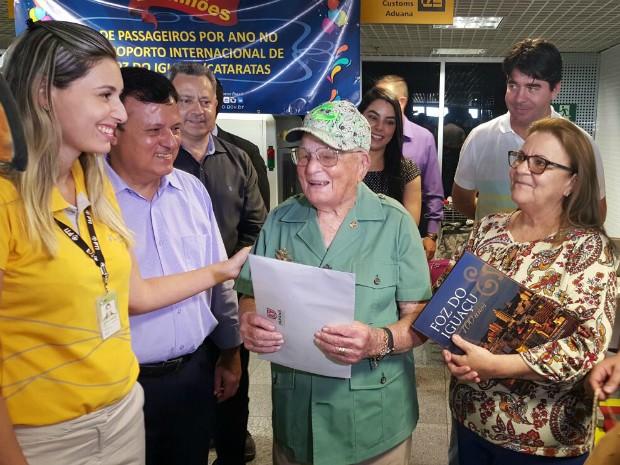 Eronildes Cruz, de 93 anos, mora em Curitiba e disse ter Foz do Iguaçu como uma das cidades preferidas para passear (Foto: Comtur / Divulgação)