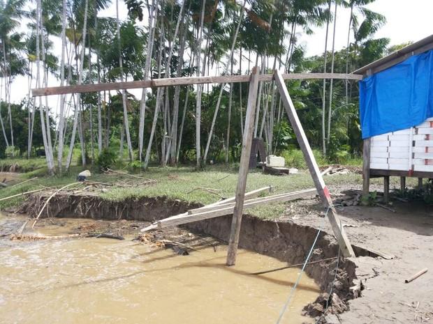 Casas à margem do rio correm risco de desabar (Foto: Raimundo Ramos/Arquivo Pessoal)