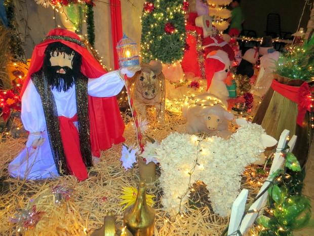 Enfeites natalinos foram feitos por comerciante de São Pedro (Foto: Fernanda Zanetti/G1)