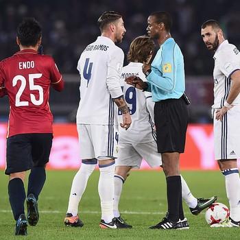 Sergio Ramos árbitro Janny Sikazwe Real Madrid Kashima (Foto: Getty Images)