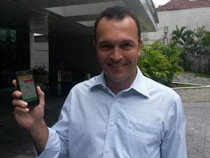 Márcio Sá disse que passou a pedir táxi por aplicativo porque o atendimento é mais rápido (Foto: Gabriela Gasparin/G1)