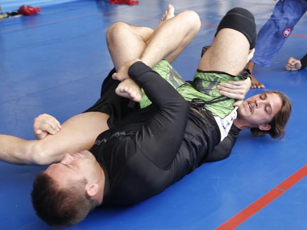 O ator e seu mestre, treinam golpes no chão (Foto: Felipe Monteiro/TV Globo)