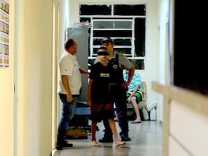 Adolescente foi levado para delegacia após agredir garota em escola de Piracicaba (Foto: Fernanda Zanetti / G1)