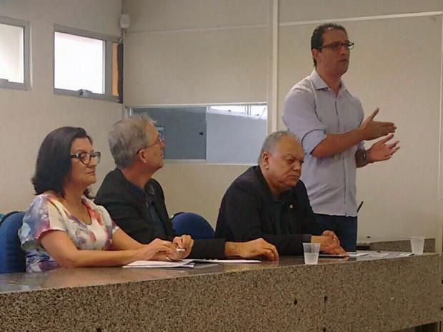 Detalhes foram divulgados pelo reitor da UPE, Pedro Falcão, e pelo presidente da Comissão Permanente de Concursos Acadêmicos da UPE, Ernani Santos (Foto: Everaldo Silva / TV Globo)