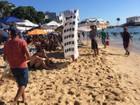 Jovem se fantasia de prédio La Vue e 'oferece sombra' em praia de Salvador