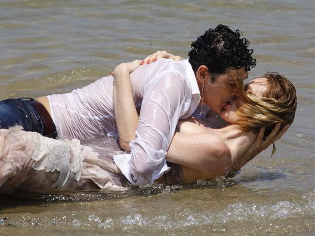 Nando e Juliana no maior love... Pena que é só um sonho. Bem caliente, mas não passa de uma alucinação do motorista (Foto: Guerra dos Sexos / TV Globo)
