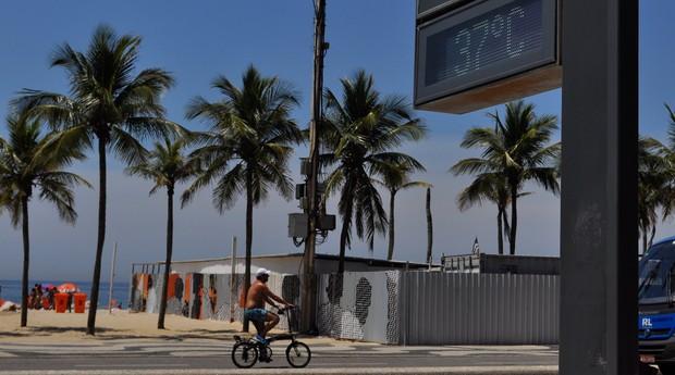 Relógio registra 37ºC na praia do Leme, no Rio de Janeiro. Sensação térmica passou dos 50ºC em algumas regiões do Rio neste começo de 2015 (Foto: ERBS JR./ Frame / Agência O Globo)