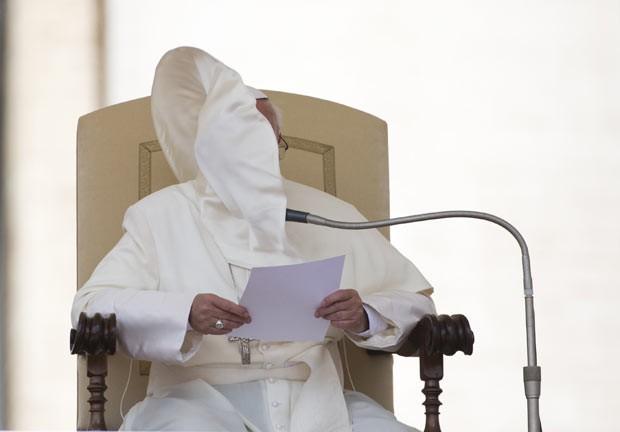O Papa Francisco fala nesta quarta-feira (26) durante sua audiência semanala na Praça de São Pedro, no vaticano (Foto: Alessandra Tarantino/Reuters)