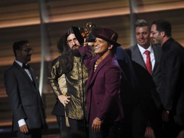 Bruno Mars comemora prêmio de melhor álbum do ano durante o 58º Grammy (Foto: Mario Anzuoni/Reuters)