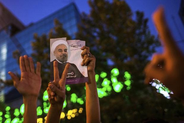 Iranianos celebram neste sábado (16) em Teerã a eleição do moderado Hassan Rohani presidente (Foto: REUTERS/Fars News/Sina Shiri)