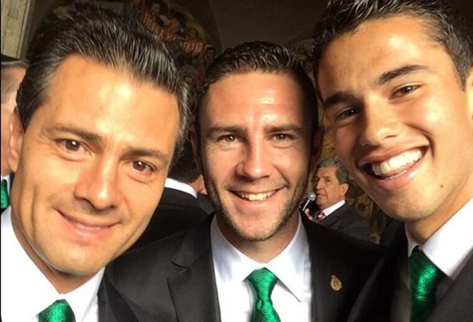 Selfie Presidente do México Pena Nieto e Jogadores da Seleção Mexicana (Foto: Divulgação / Twitter)