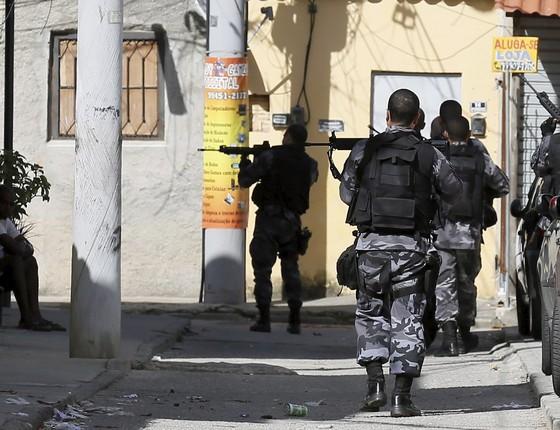 Policiais militares fazem operação após queda de helicóptero da PM próximo à comunidade Cidade de Deus, no Rio de Janeiro (Foto:  Pablo Jacob/Agencia O Globo)
