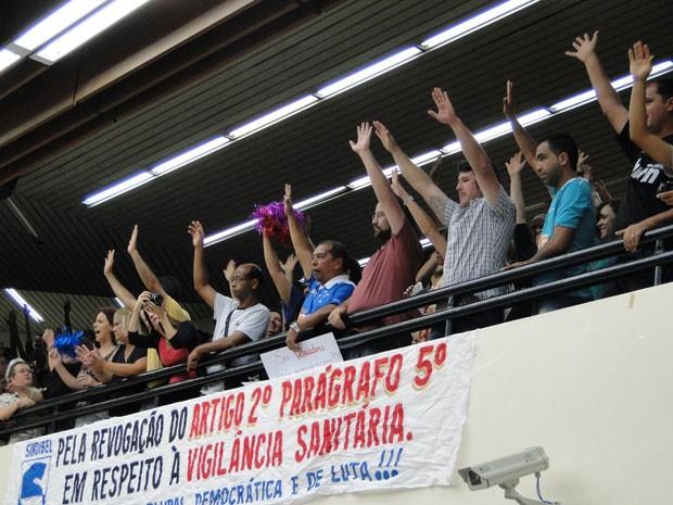 Trabalhadores fizeram assembleia para decidir se aceitavam acordo para aprovação de texto (Foto: Raquel Freitas/G1)