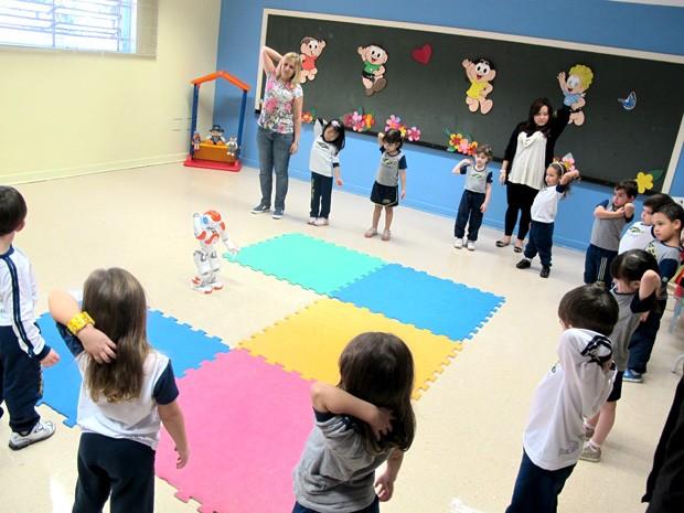 687be8b232a Robô ajuda alunos a se alongarem durante aula em escola de Santos (Foto   Mariane