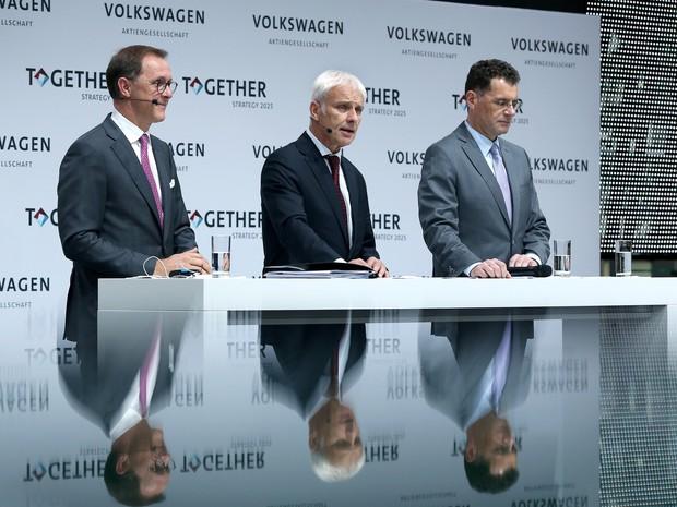 CEO Matthias Müller (centro) anuncia a nova estratégia do grupo (Foto: RONNY HARTMANN / AFP)
