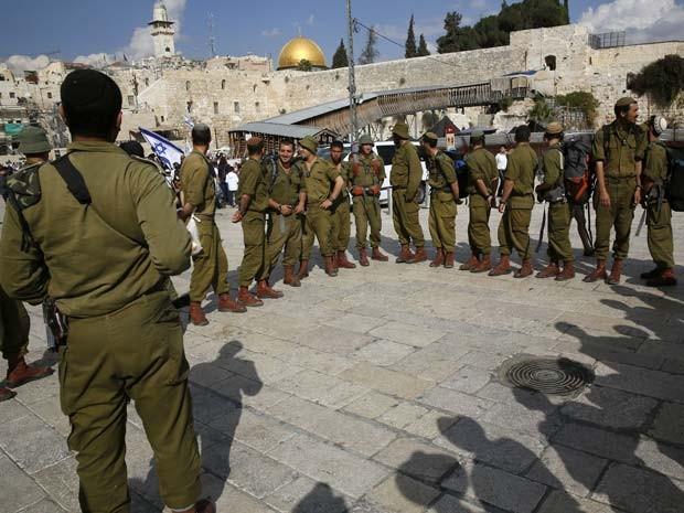 soldados israelenses se reúnem perto de Esplanada das Mesquitas nesta quinta-feira (30) (Foto: AFP PHOTO/ GALI TIBBON)