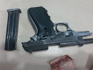 Arma apreendida com os suspeitos durante assalto a comércio (Foto: Toni Francis/G1)