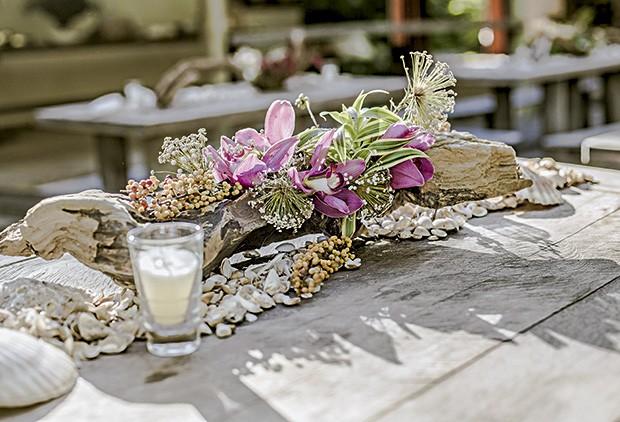 Detalhe do arranjo na mesa rústica: troncos, cipós e conchas marinhas para combinar como lugar (Foto: João Viegas/Editora Globo)