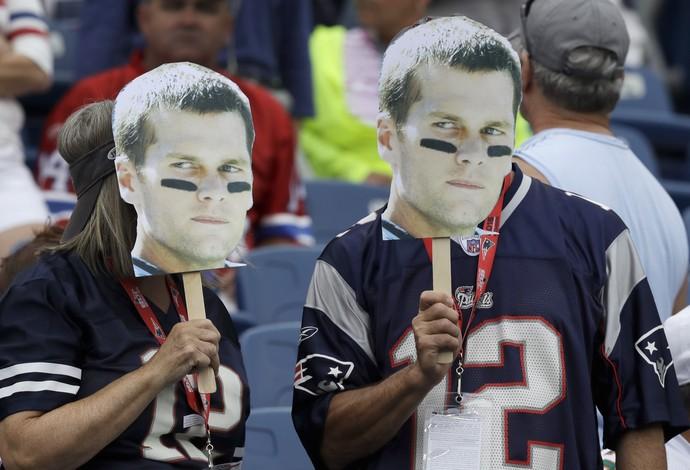 Torcedores dos Patriots com a máscara de Tom Brady (Foto: AP)