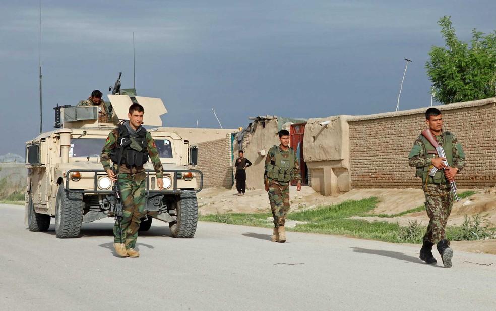 Tropa do Exército Nacional Afegão se aproxima de base atacada no norte do país (Foto: Anil Usyan / Reuters)