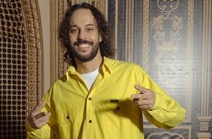 Estrela do clipe musical,Gabriel o Pensador revela: 'Voltei a surfar' (Casseta & Planeta Vai Fundo/TV Globo)