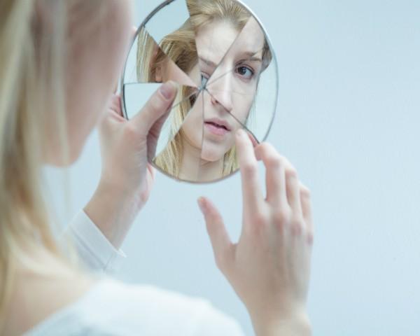 O modo como as mulheres se veem no espelho pode prejudicar a vida sexual  (Foto: Thinkstock)