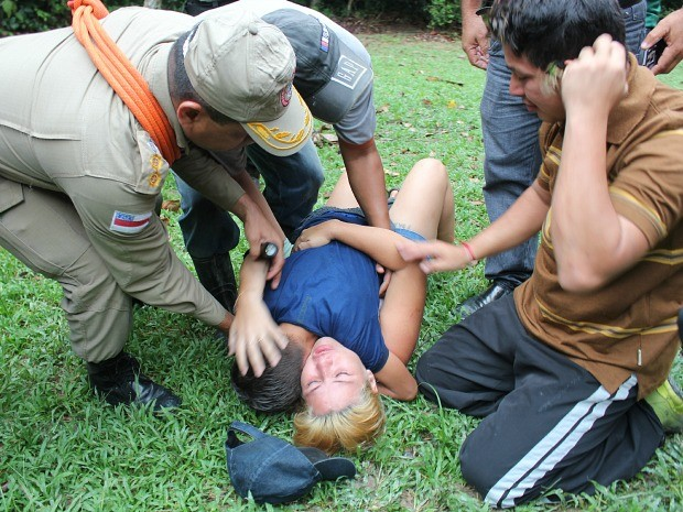 Mãe caiu no chão quando encontrou o filho que estava desaparecido (Foto: Girlene Medeiros/G1 AM)
