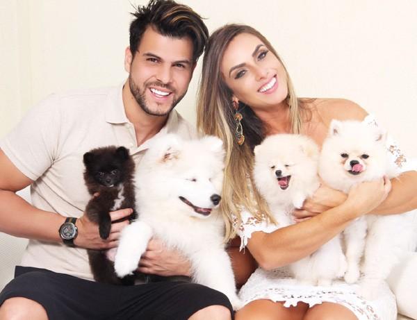 Nicole e o namorado, Marcelo Bimbi, com os cachorros (Foto: Divulgação)