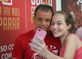 D'Alessandro tive foto com fã durante venda de ingressos para o Lance de Craque (Foto: Eduardo Deconto)