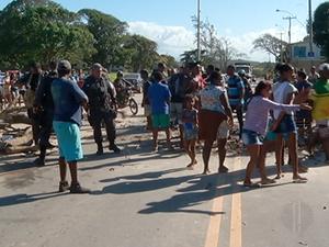 Manifestantes fecharam a pista reiindicando melhorias para o bairro (Foto: Reprodução/Inter TV)