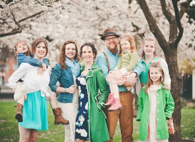Casal tem 6 filhas e espera a sétima  (Foto: reprodução Facebook)