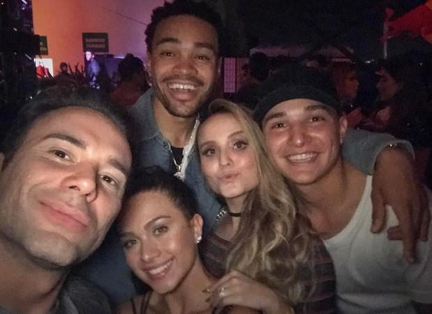 Larissa Manoela com Matheus Mazzafera, Flávia Pavanelli, Maejor e MC Gui no show de Justin Bieber (Foto: Reprodução/Instagram)