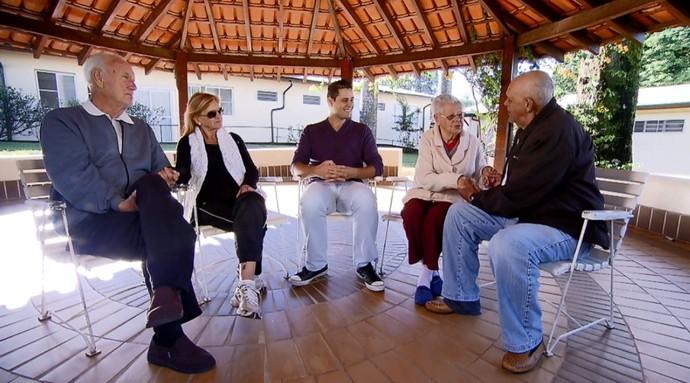 Pedro Leonardo conversa com casais que se conheceram na terceira idade (Foto: reprodução EPTV)