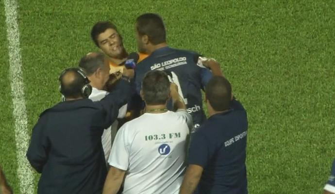Após expulsão, súmula relata agressão de Marcelo Pitol, goleiro do Aimoré, a bandeirinha (Foto: Reprodução/RBS TV)