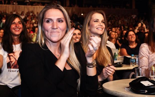 Tatiana Chaves, mulher de Leo, e Claudia Helena Swarowsky, namorada de Victor, no show da dupla sertaneja em São Paulo (Foto: Manuela Scarpa/ Foto Rio News)