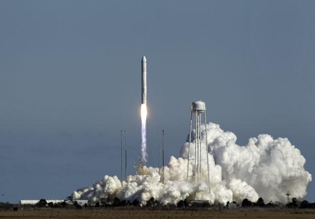 A agência espacial americana, Nasa, lançou neste domingo (21) o foguete privado Antares de sua base voltada para voos comerciais, instalada na Virginia. De acordo com a agência, foi o primeiro lançamento feito de Wallops, além de ser o primeiro voo do antares. A operação faz parte dos testes para lançamento de foguetes privados que levarão suprimentos e astronautas para a Estação Espacial Internacional (ISS, na sigla em inglês). (Foto: Steve Helber/AP)