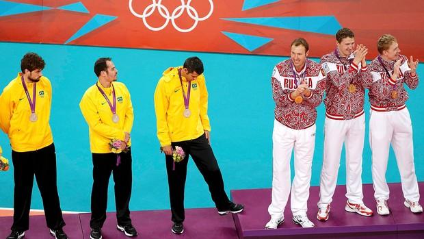 Brasil na premiação da prata do vôlei (Foto: Reuters)